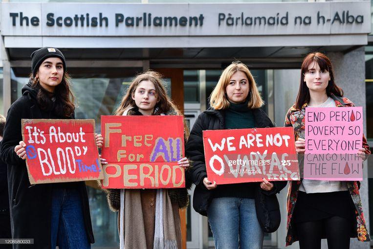 In februari werd er al voor het Schotse parlement in Edinburgh gedemonstreerd voor het aannemen van de wet voor het gratis verstrekken van maandverband en tampons. Beeld Getty Images