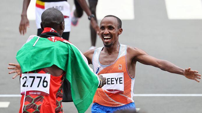Abdi Nageeye valt Eliud Kipchoge in de armen bij de finish.