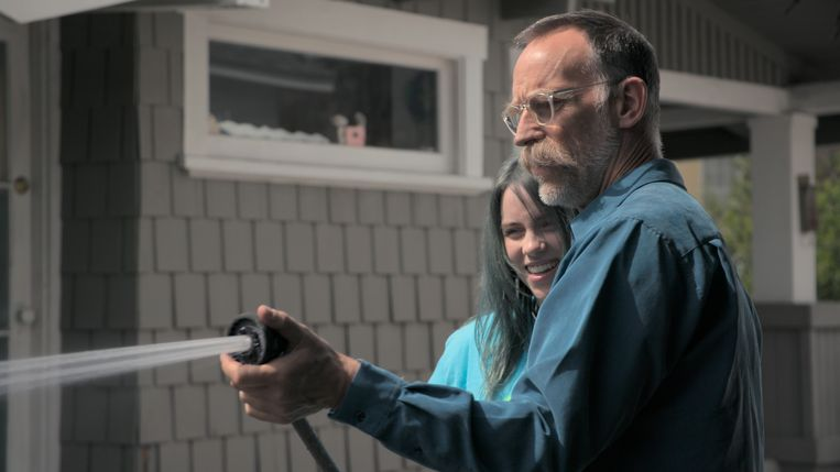 Billie Eilish en haar vader Patrick O'Connell. De ouders van de jonge wereldster reizen overal met haar mee.   Beeld Apple TV+