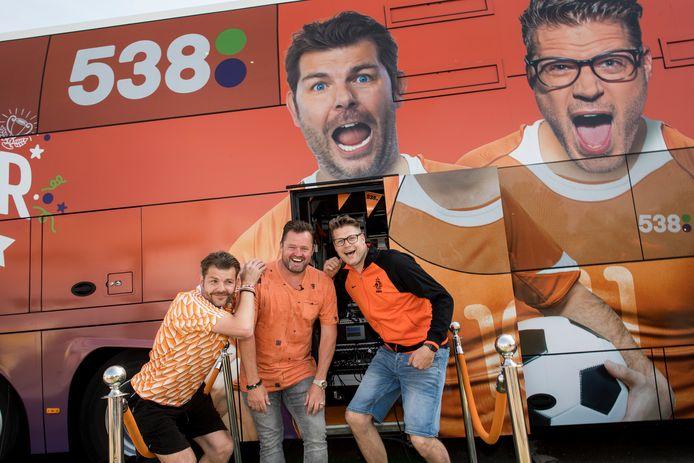 De Coen en Sander Show- dj Coen Swijnenberg en Sander Lantinga (rechts) van radio 538 brachten met hun EK Tourbus een bezoek aan volkszanger Frans Duijts.