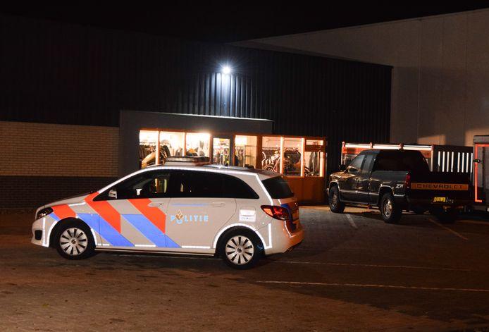 Politie bij de motorzaak in Doetinchem.
