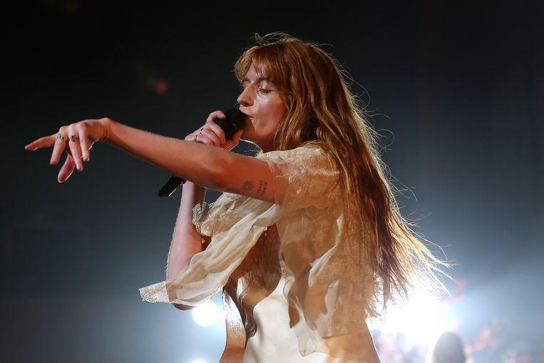 Florence Welch op het podium in de Royal Festival Hall in Londen. In haar zijden jurk maakte ze pirouettes als een op drift geraakte ballerina.   Beeld Getty Images
