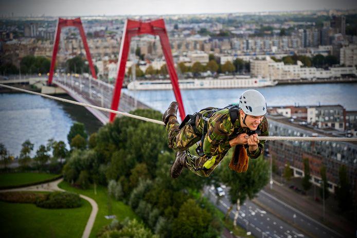 Leerlingen van de Luchtmobiele Brigade van de Koninklijke Landmacht oefenden vanmorgen op grote hoogte op de Rotterdamse Hef