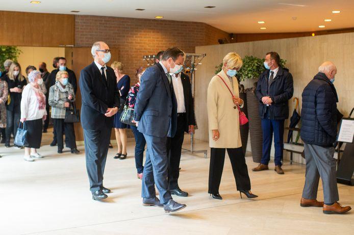 Ook burgmeester Bart De Wever kwam afscheid nemen van Van Staeyen.