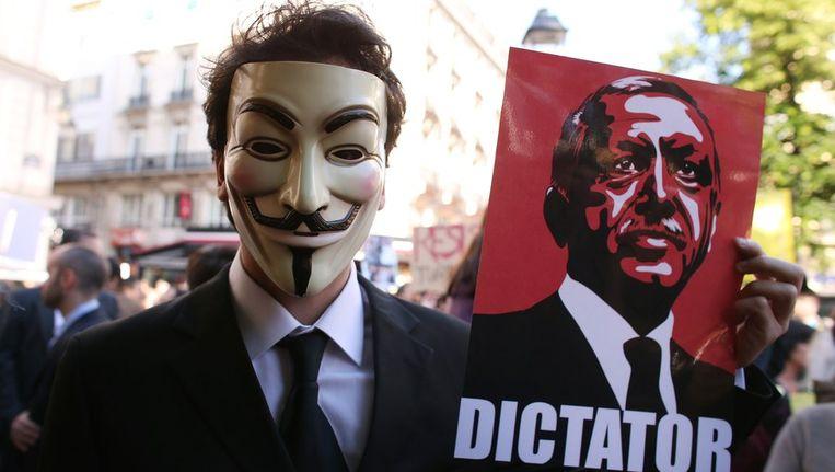 Een Turkse demonstrant met een poster van premier Recep Tayyip Erdogan in zijn hand. Beeld afp