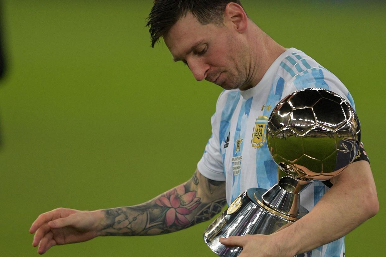 Lionel Messi met de trofee van beste speler op de Copa America. Beeld AFP