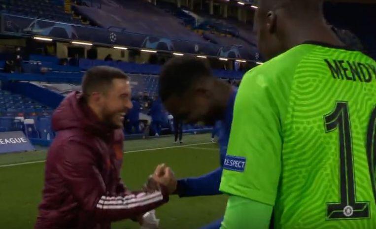 Hazard dolde na het laatste fluitsignaal met Chelsea-spelers Zouma en Mendy. Beeld VTM