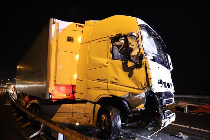 De ravage aan de vangrail en vrachtwagen op de A2 na het ongeluk.