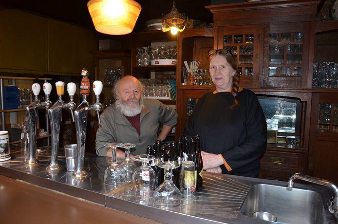 Nolle en Gina van De Donkere Wolk stoppen na veertig jaar met café houden.