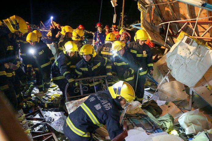 Reddingswerkers zoeken in een verwoest gebouw in Wuhan naar slachtoffers nadat een tornado door de stad raasde.