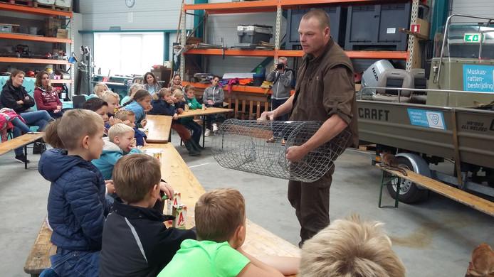 Gesnotter blijft uit als rattenvanger Kees Kristalijn van Waterschap Scheldestromen vertelt over zijn 'jacht' op de muskusrat in Schouwen-Duivelandse sloten.