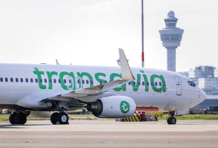 Vliegtuigen van Transavia staan tijdens de eerste lockdown in maart aan de grond op Schiphol.
