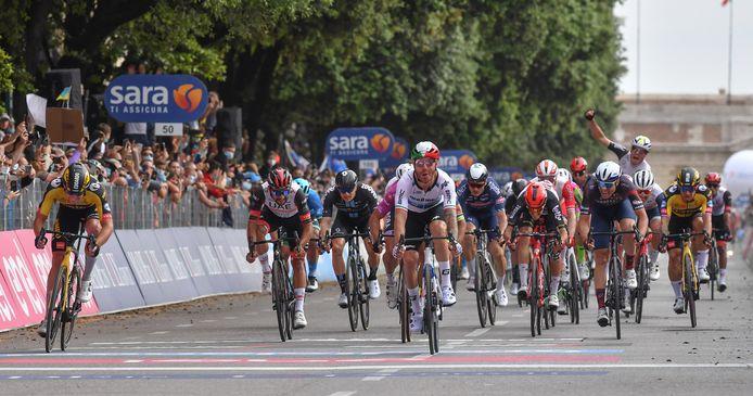 Edoardo Affini (l) eindigt namens Jumbo-Visma als tweede in de etappe 13. Helemaal rechts wordt ploeggenoot Dylan Groenewegen tiende.