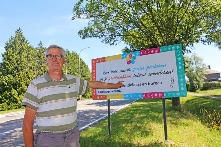 Drankenhandelaar Louis De Bondt vindt de spandoeken met 'gratis parkeren' zeer misleidend.