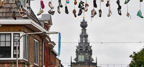 Honderden bungelende schoenen in Nijmegen