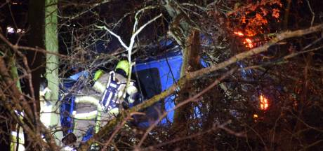 Auto raakt van de weg in Heumen, bestuurder klimt zelf uit voertuig