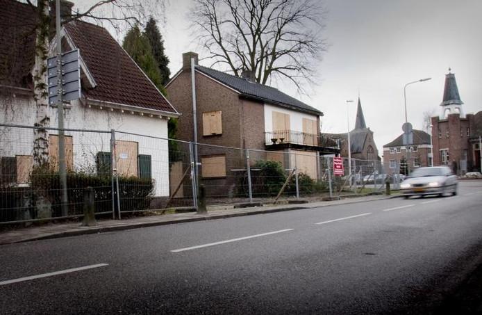 Langs de Groesbeekseweg in Mook zijn huizen die moeten plaatsmaken voor de centrumplannen al dichtgetimmerd.