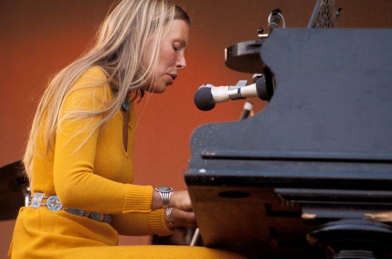 Joni Mitchell op het podium tijdens het Isle of Wight Festival, ook wel het Britse Woodstock genoemd, augustus 1970. Beeld Redferns
