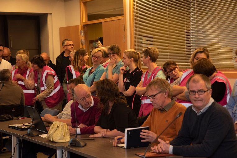 Zo'€™n 70-tal personeelsleden van het ASZ woonden de gemeenteraadscommissie bij over de statuten van het ziekenhuis.