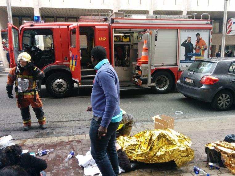 Foto gemaakt met een mobiele telefoon. Gewonden liggen op straat bij metrostation Maalbeek. Beeld anp
