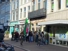 Gemeente vervangt sloten van Utrechts restaurant dat coronapas weigert, tientallen demonstranten op stoep