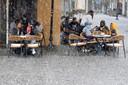 Sneeuwvlaag of niet: in het Duitse Saarland zijn de terrassen weer open — en dus moeten en zullen deze Duitsers buiten iets gaan drinken.