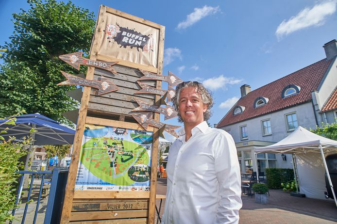 Coen Hendriks in het centrum van Boerdonk. Hij is onder meer betrokken bij De Buffelrun en heeft samen met een andere dorpsgenoten Herberg het Mirakel overgenomen.