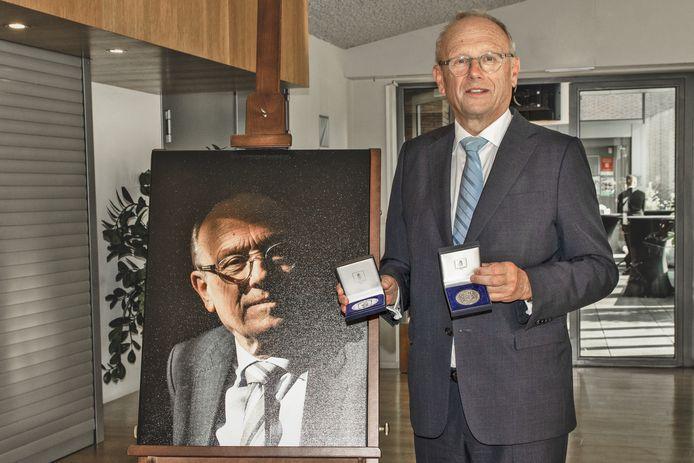 Burgemeester Jan Boelhouwer, nadat hij de commissarispenning heeft ontvangen.