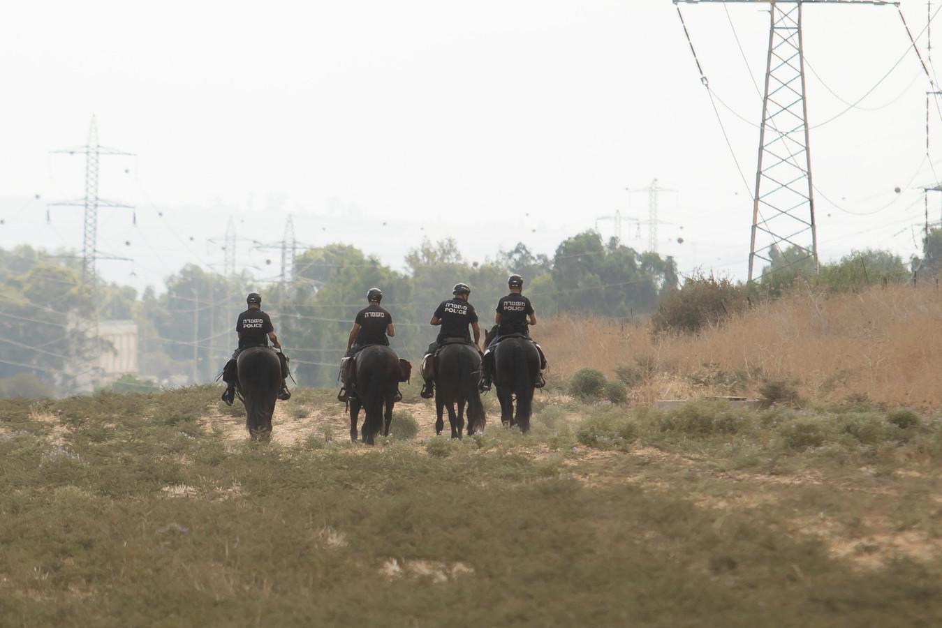 Veiligheidstroepen te paard tijdens de klopjacht.