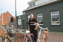 Frederiek aan zijn nieuwe fietsenzaak Frevelo langs de Rijksweg in Izegem.