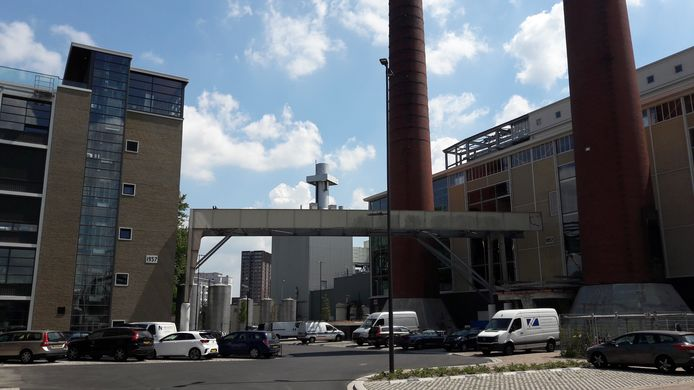 De oude leidingstraat tussen de voormalige Philips-energiecentrale (rechts) en gebouw TQ(4) op Strijp-T in Eindhoven wordt omgebouwd tot loopbrug.