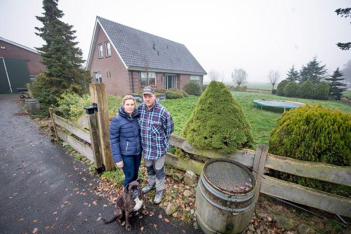 Rick en Frederike Keijzer voor de woning, die inmiddels gesloopt is, en voor een ellendige nasleep zorgde.