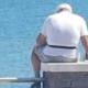 Man zit met déze droevige reden elke dag met een foto van zijn vrouw aan zee
