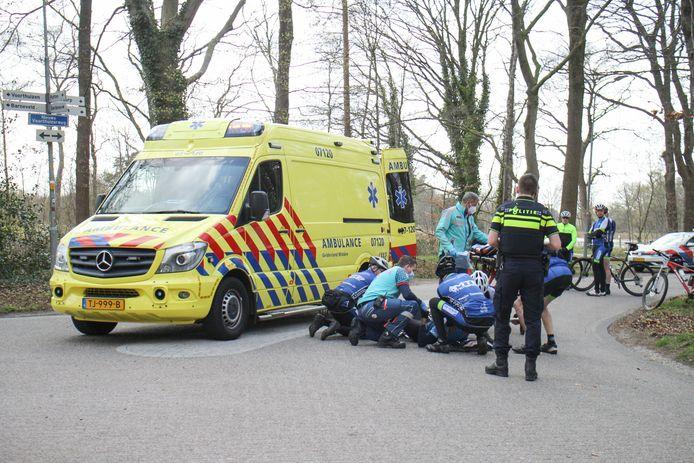 Na een aanrijding met een bestelbusje raakte een wielrenner in Nijkerk gewond.