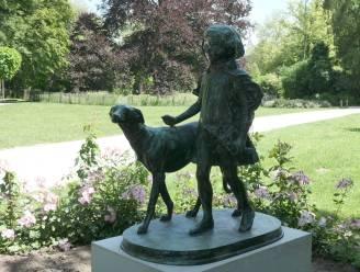 """Mechelaars blij met terugkeer 'Meisje met hond' naar Kruidtuin: """"Maar wat een afschuwelijke sokkel!"""""""
