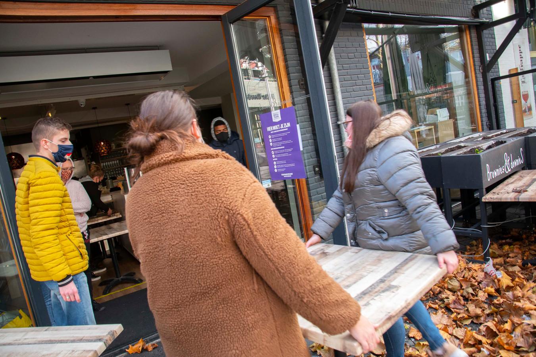 Ook op het Pieter Vreedeplein wordt met tafels gesjouwd na de rellen van zondag.