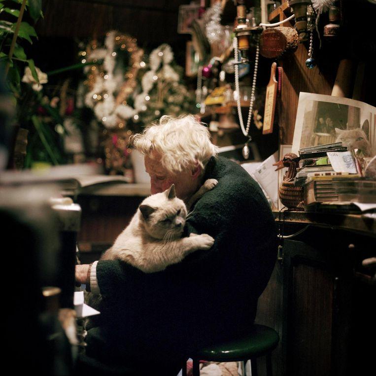 Frankrijk, Parijs, 28 november 2014, madame Polo met haar kat. Beeld null