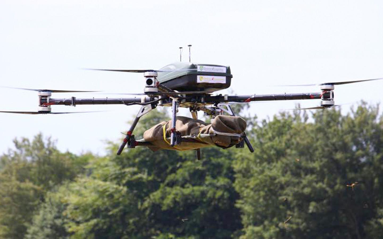 Een drone van Boessenkool in actie tijdens de oefening van Defensie met een 'gewonde soldaat, die snel uit oorlogsgebied gehaald moest worden'.