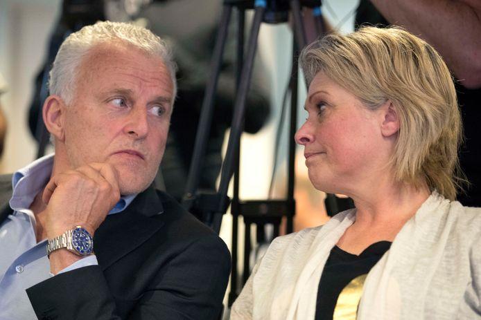 Moeder Berthie Verstappen (R) samen met Peter R. de Vries (L) tijdens de persconferentie.