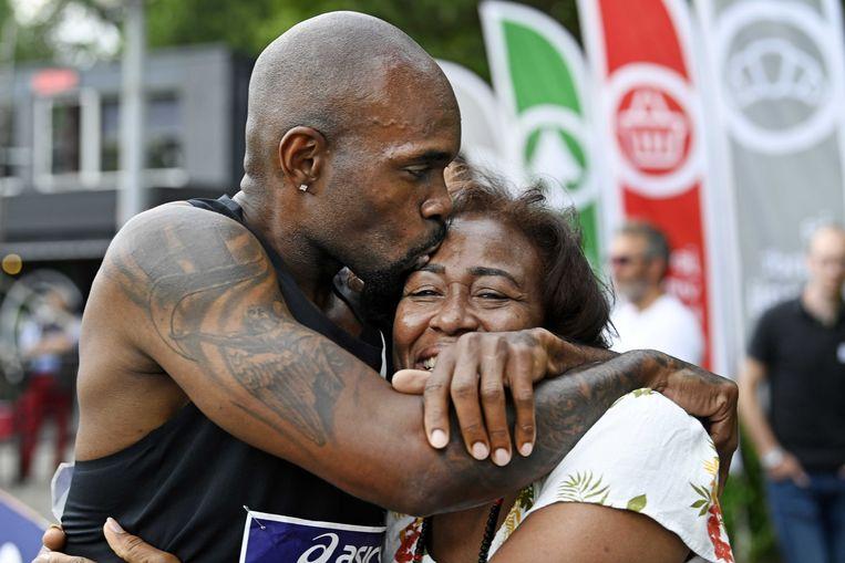Churandy Martina viert zijn winst op de 200 meter sprint tijdens het NK Atletiek in Breda met zijn moeder. Zij was voor het eerst sinds lange tijd weer bij een wedstrijd van haar zoon. Het was gisteren het laatste NK voor de inmiddels 36-jarige sprinter.  Beeld ANP