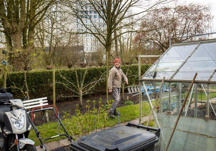 Jos Stekelenburg (77) in zijn tuintje bij Rijnsweerd