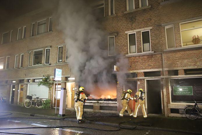 De brandweer bezig met de brand aan de Weissenbruchstraat in Den Haag.