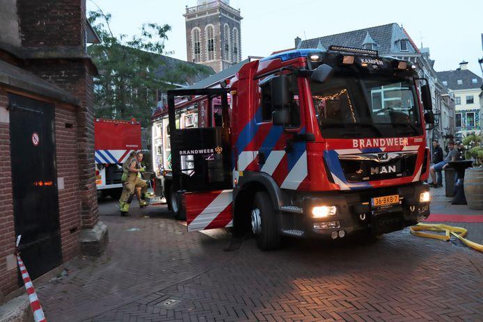 De brandweer in Kampen kreeg voor de brand aan De Plantage onder meer steun uit IJsselmuiden.