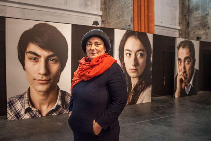 Aysel Kaçar bij haar foto's in de Sint-Niklaaskerk.