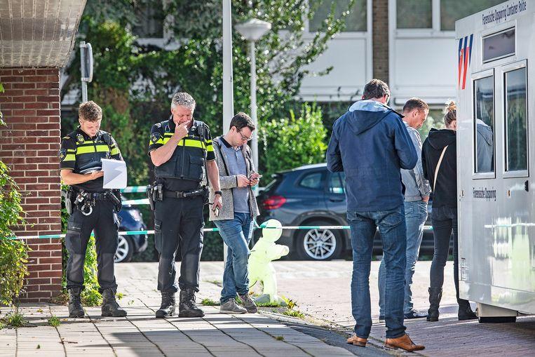 Sporenonderzoek op de plek waar strafrechtadvocaat Derk Wiersum in 2019 werd doodgeschoten.  Beeld Guus Dubbelman / de Volkskrant