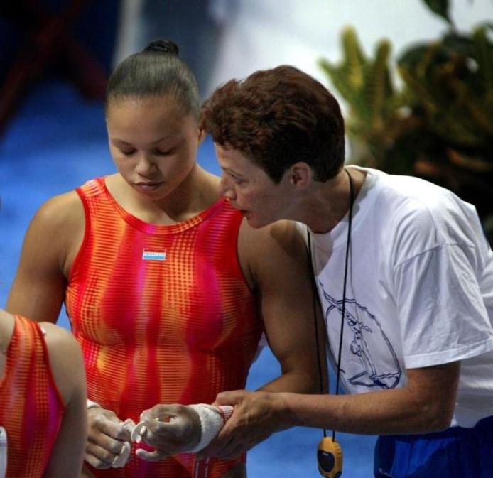 Assistent-coach Rietje Bijholt troost Gabriëlla Wammes na haar brugoefening op de WK turnen in 2003 in Anaheim.foto Toussaint Kluiters/ANP
