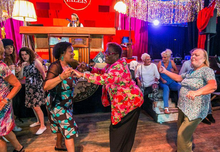 Dit jaar kan er niet gedanst worden, zoals tijdens een eerdere editie. Het publiek moet blijven zitten aan vaste tafeltjes. Beeld Amaury Miller