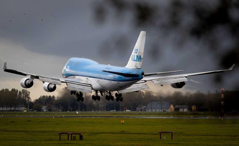 Een Boeing 747-400 van KLM landt voor de laatste keer op Schiphol. Eigenlijk werd in maart al afscheid genomen van dit type Boeing, maar vanwege de coronacrisis werd het toestel toch weer ingezet voor vrachtvluchten naar China. Beeld ANP