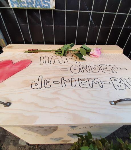 'Hart-onder-de-riem-bus' geplaatst bij resten van Bowlingboerderij in Nijverdal: Spontane actie van hockeymeisjes voor teamgenote Lieke