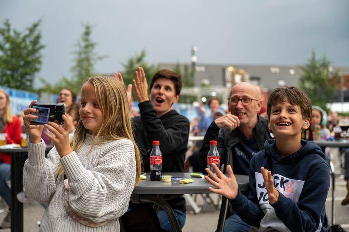 Toeschouwers volgen met veel plezier een concert.